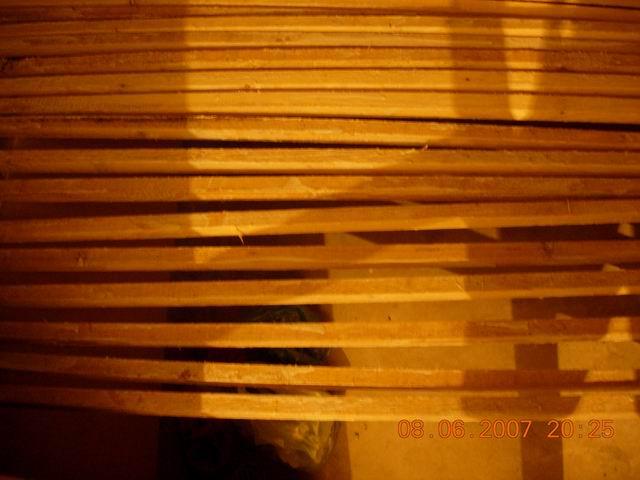涂完防火的木条,用来做吊顶的. 高清图片