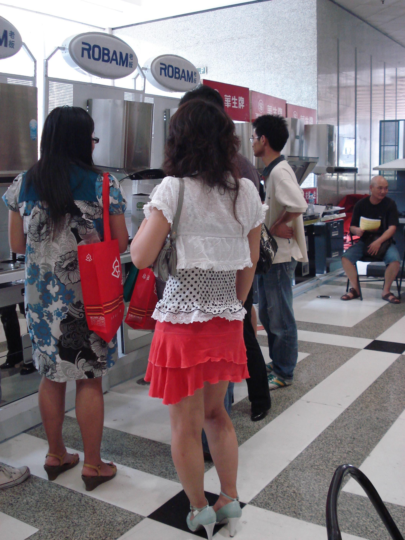 穿红裙子的美女 在中国边境玩俄罗斯美女