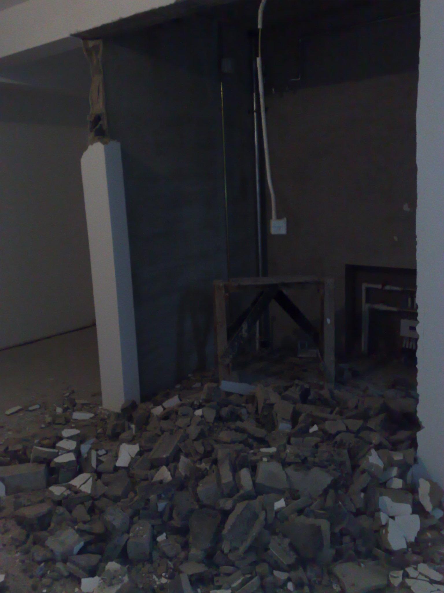 拉门.厨房的墙,未来要做推拉门  洗手间的门,砸了也还是那么高清图片