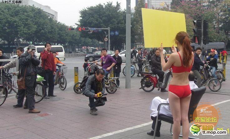 美女举牌无字图片街头美女走过光图片三点式内衣三点